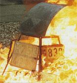 Gefahrguttafel während des Feuertests
